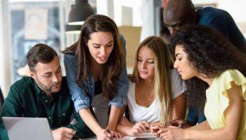 grupo-multietnico-hombres-jovenes-mujeres-que-estudian-adentro_1139-989